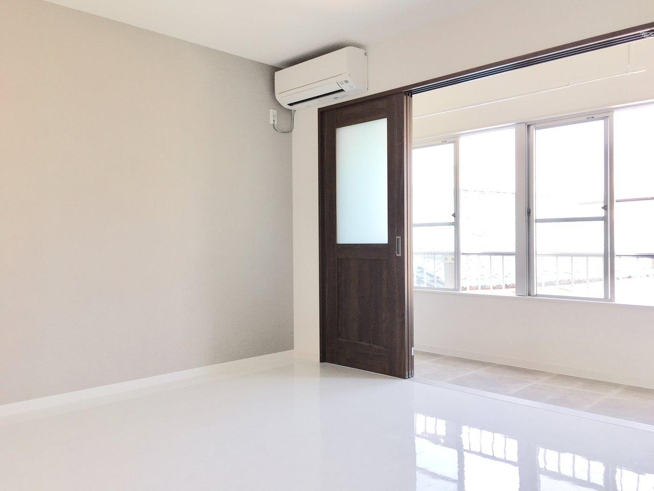 室内が白×ダークブラウンで統一されていて、洋室の一面にはグレーのクロスが貼られた、落ち着いた印象のお部屋。フルリノベーションされているので、築年数の割にとってもキレイなのが特徴です。