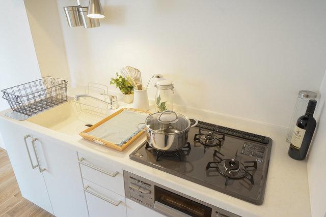キッチンも、汚れが付きにくい人口大理石を使用しました。3口ガスコンロ、広々シンク。もう、文句なし!
