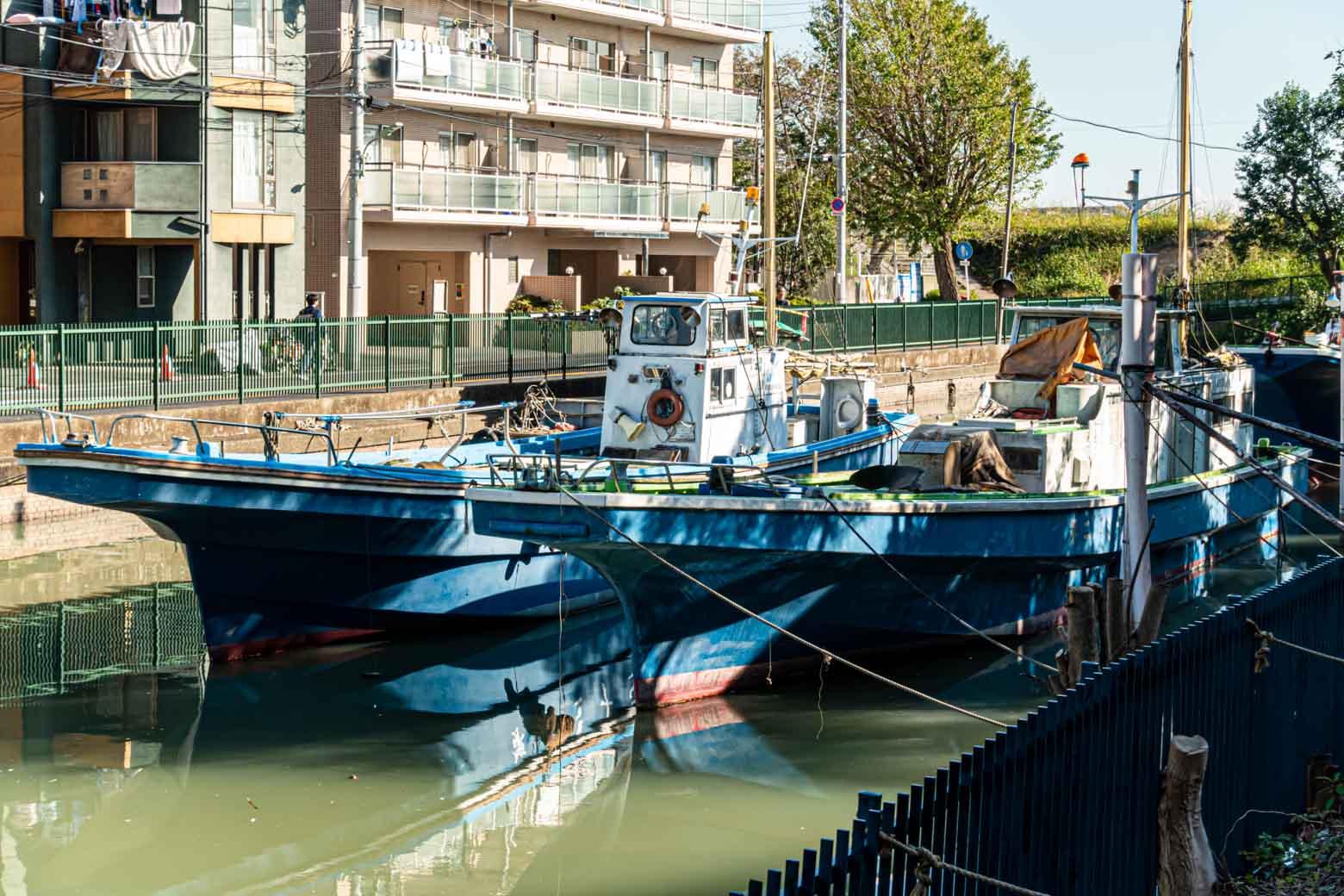 船がたくさん停まっています。近くに舟宿(屋形船や釣り船屋をレンタルを生業とする店舗)があり、ここから東京湾などに出船しているそうです。
