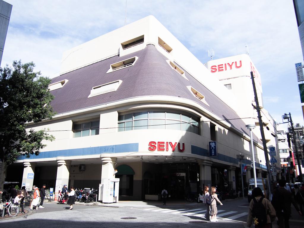 駅北口方面から一本入ると、24時間営業のSEIYUが。