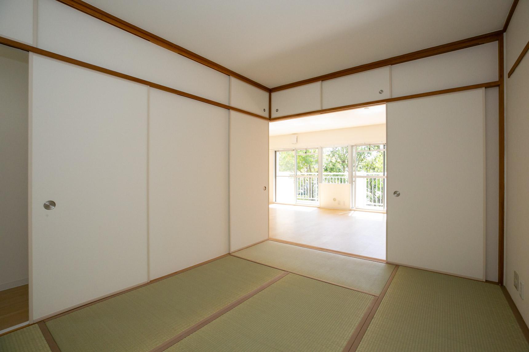 奥にある和室は、こんな風に間仕切りをあけて使うのもアリです。冬はコタツを置いてみんなで囲みたいなぁ。