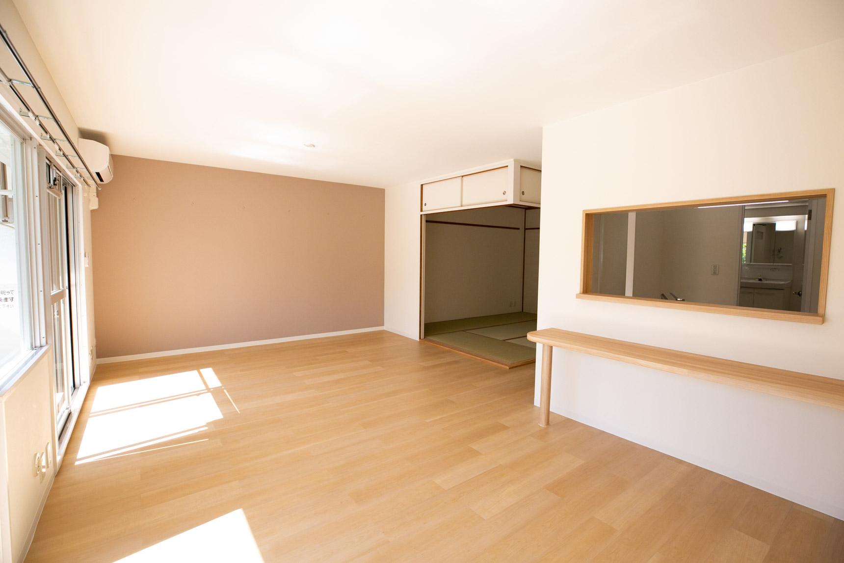 まずは、広々14畳の横長のリビング・ダイニング!アクセントクロスがとても優しい色合いですね