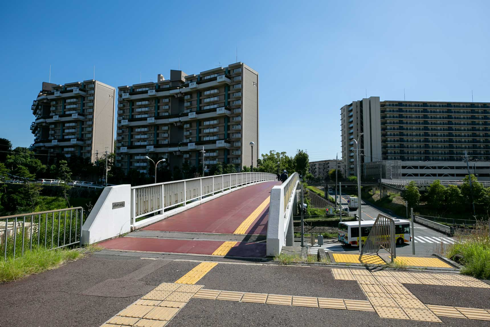 駅前のエリアから、この橋を渡って多くの集合住宅が立地する住宅街エリアへ
