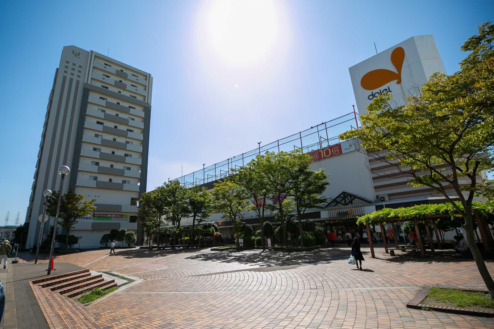 駅の東側を出ると、右手にすぐ大きなスーパー。