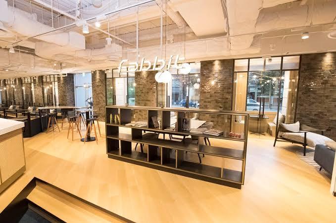 窓際の個室スペースは、中央のフリースペースのフロアと階段2段分の高低差があり、特等席のような特別な空間になっています