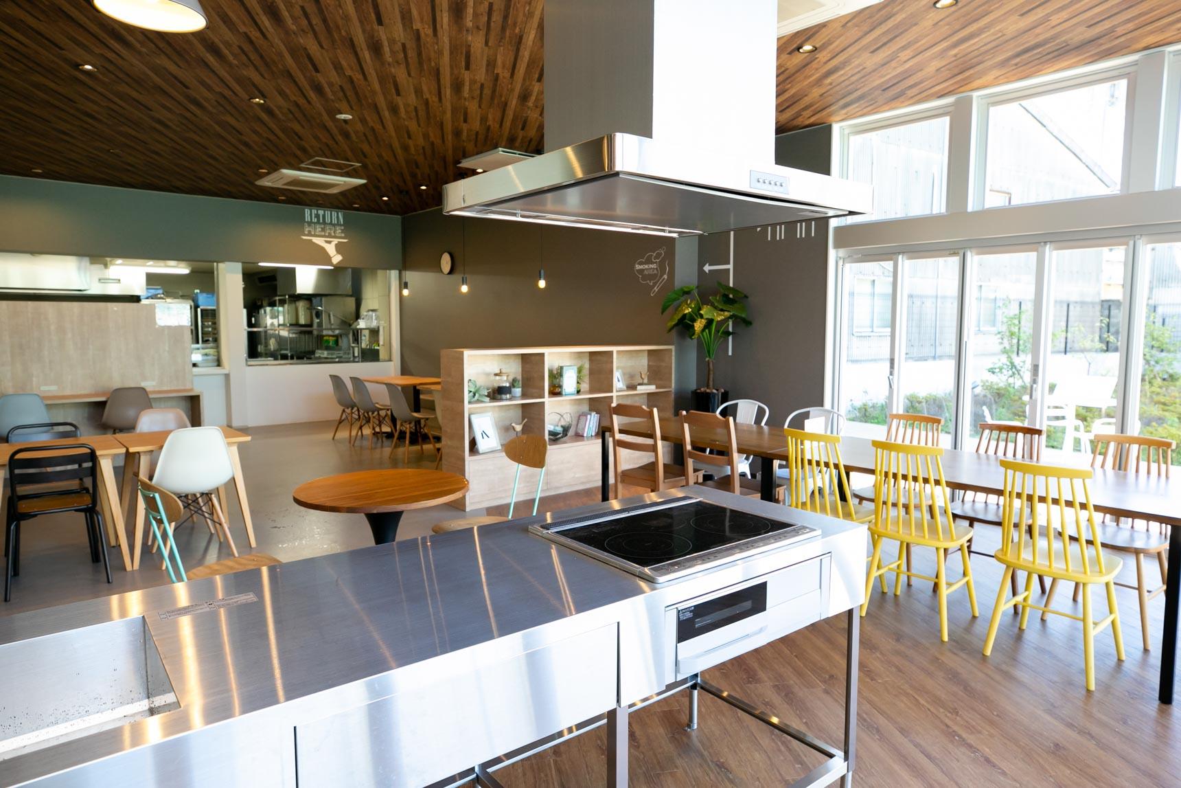 電気鍋セットや、食堂の一角に設けられたアイランドキッチンを使って、みんなでパーティーができます。出身の国の郷土料理を教えてもらうなんていうのも楽しそうですよね!