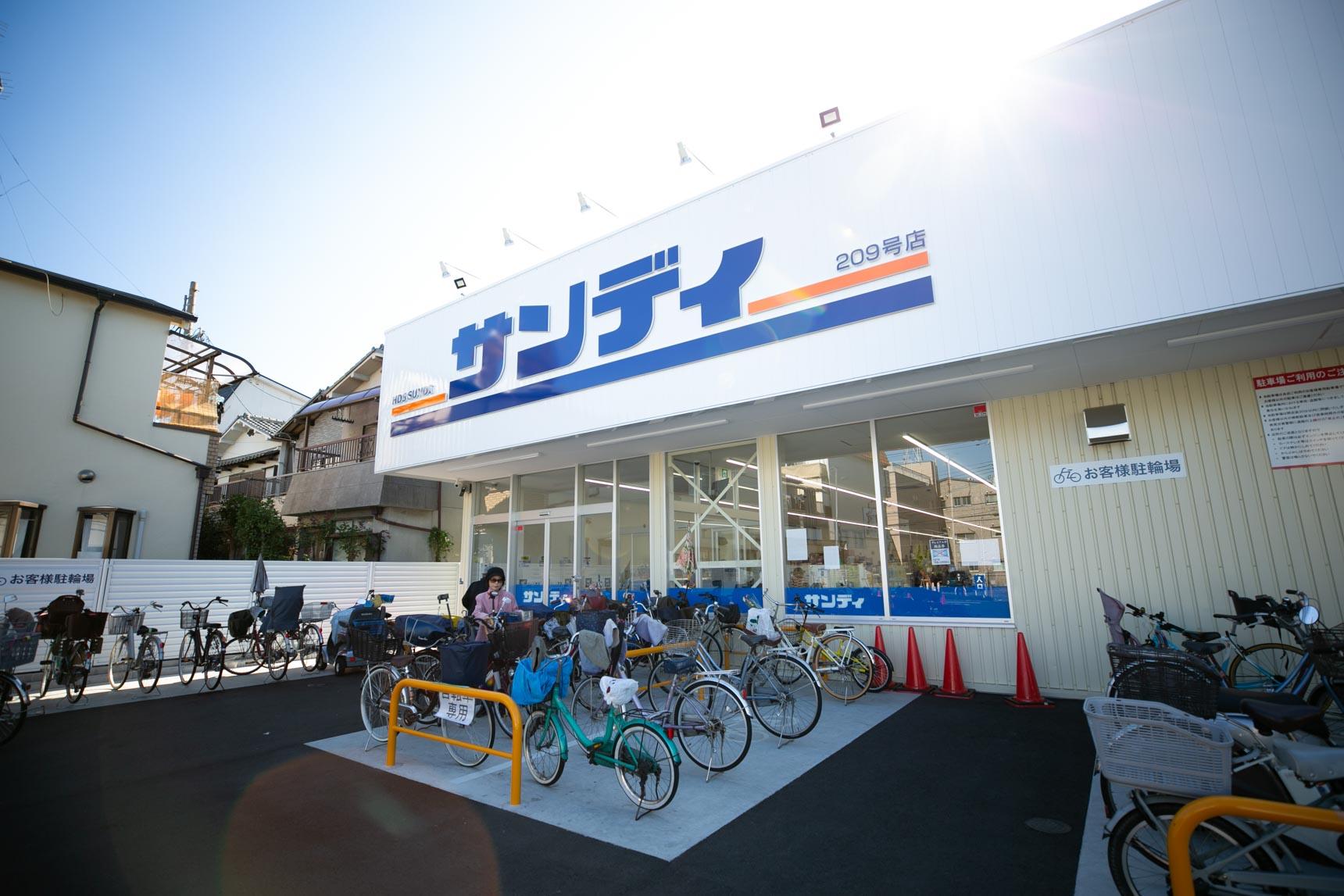 スーパーやコンビニ、郵便局、100円ショップやドラッグストアなど、生活に便利な施設も揃っています。
