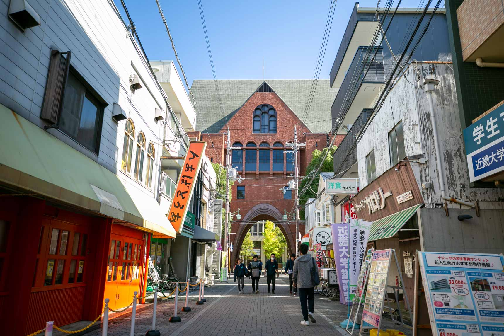 近畿大学の西門までは歩いて12〜13分、自転車で5〜6分ほど。ここから近鉄大阪線の長瀬駅までの間には、いかにも学生街といった感じ。安くて美味しいお店がたくさん連なっています。