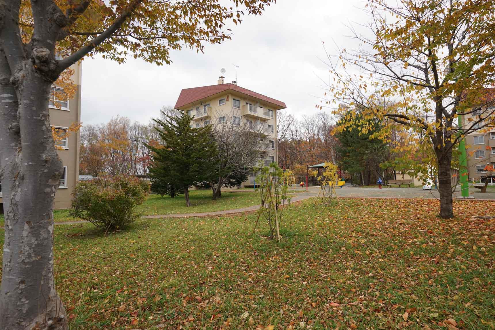 綺麗な芝生の敷地に、可愛らしいボックス型の住棟が並びます