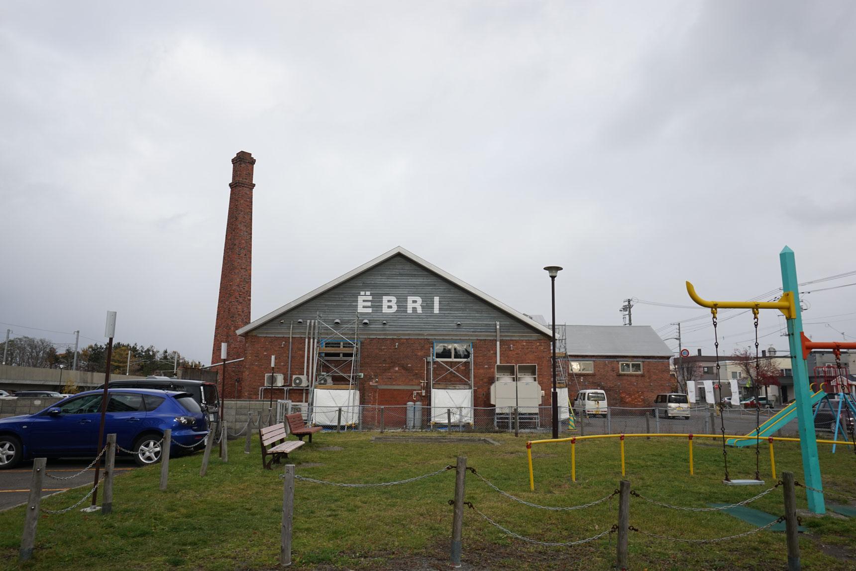 取材後、バスで野幌へ。小川さんに教えてもらった「EBRI」という商業施設にやってきました。土管工場をリノベーションした建物で、2019年3月には国の登録有形文化財に登録されているそう。使用されている赤煉瓦はもちろん江別産。