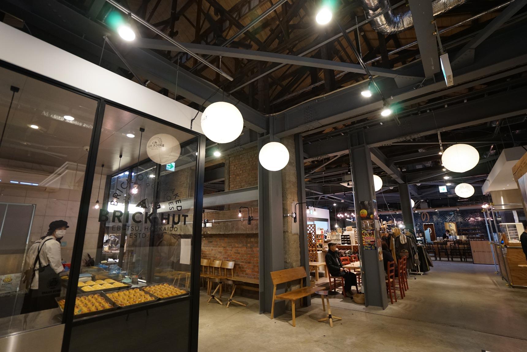 中はとてもおしゃれな雰囲気。地元の名産品や野菜の販売所や、江別の食材を使った飲食店が並びます。