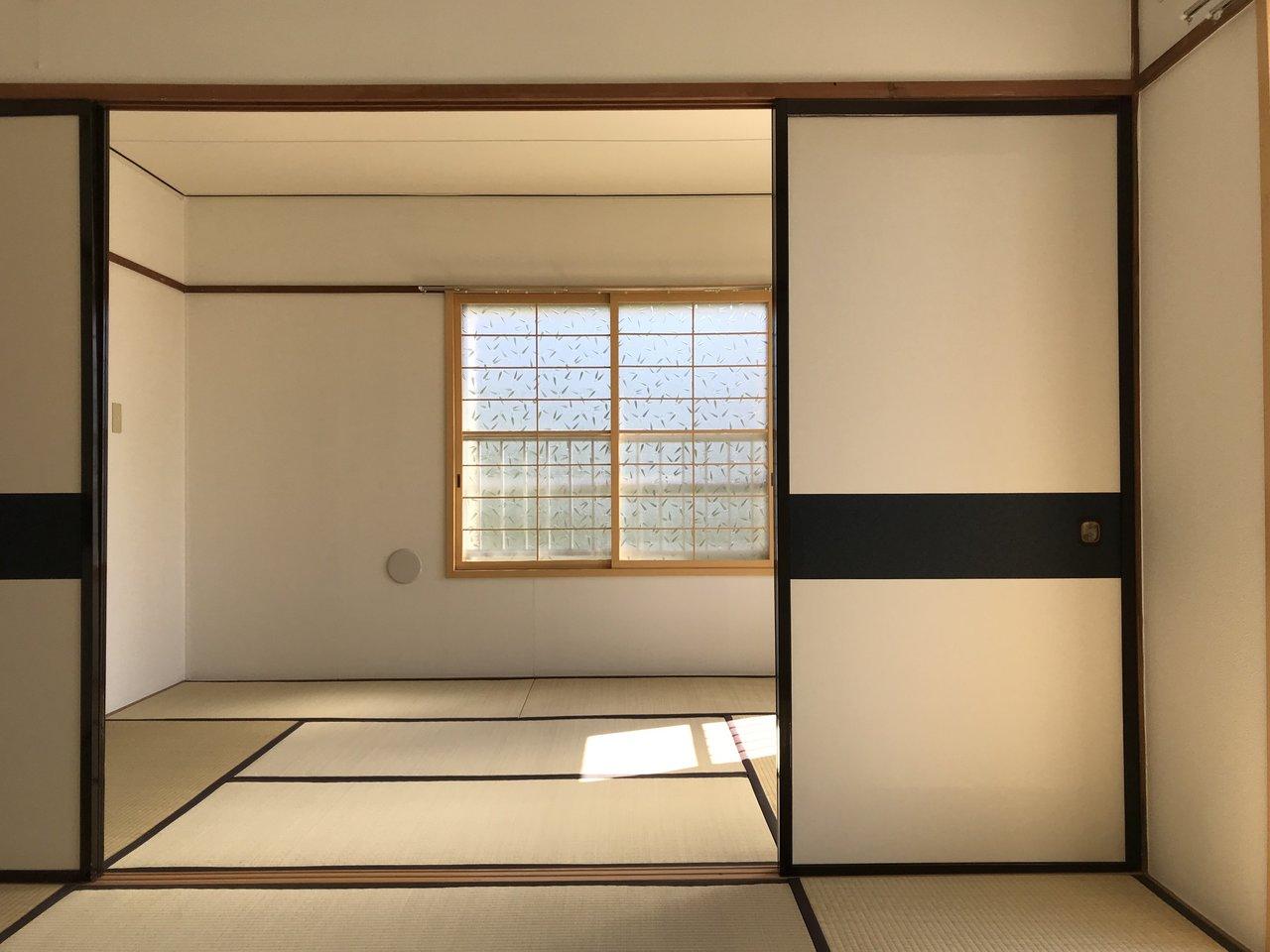 お部屋は、和室が3部屋の3DK。畳って、足元があったかいんですね。少しレトロな雰囲気を味わいつつ、和モダンなインテリアを選んで、楽しく暮らしてほしいお部屋です。(※ガラスの模様はお部屋によって異なります)