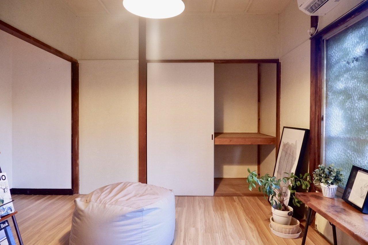 押入れが残った形のお部屋です。ということは収納には困らない、ということ。洋服から、季節ものの家電、お布団まで。なんでもこちらに閉まって、リビングはできるだけ広く使えたらいいですね。