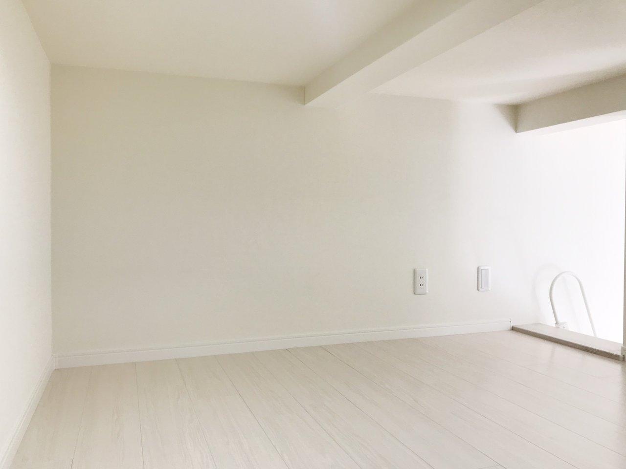 ロフトも実はこんなに高さがあるんです。155センチのライターでもちょっとかがめば立てるくらい。圧迫感を感じないので、寝室としてだけでなく、収納スペースとしても活用できそうですね。