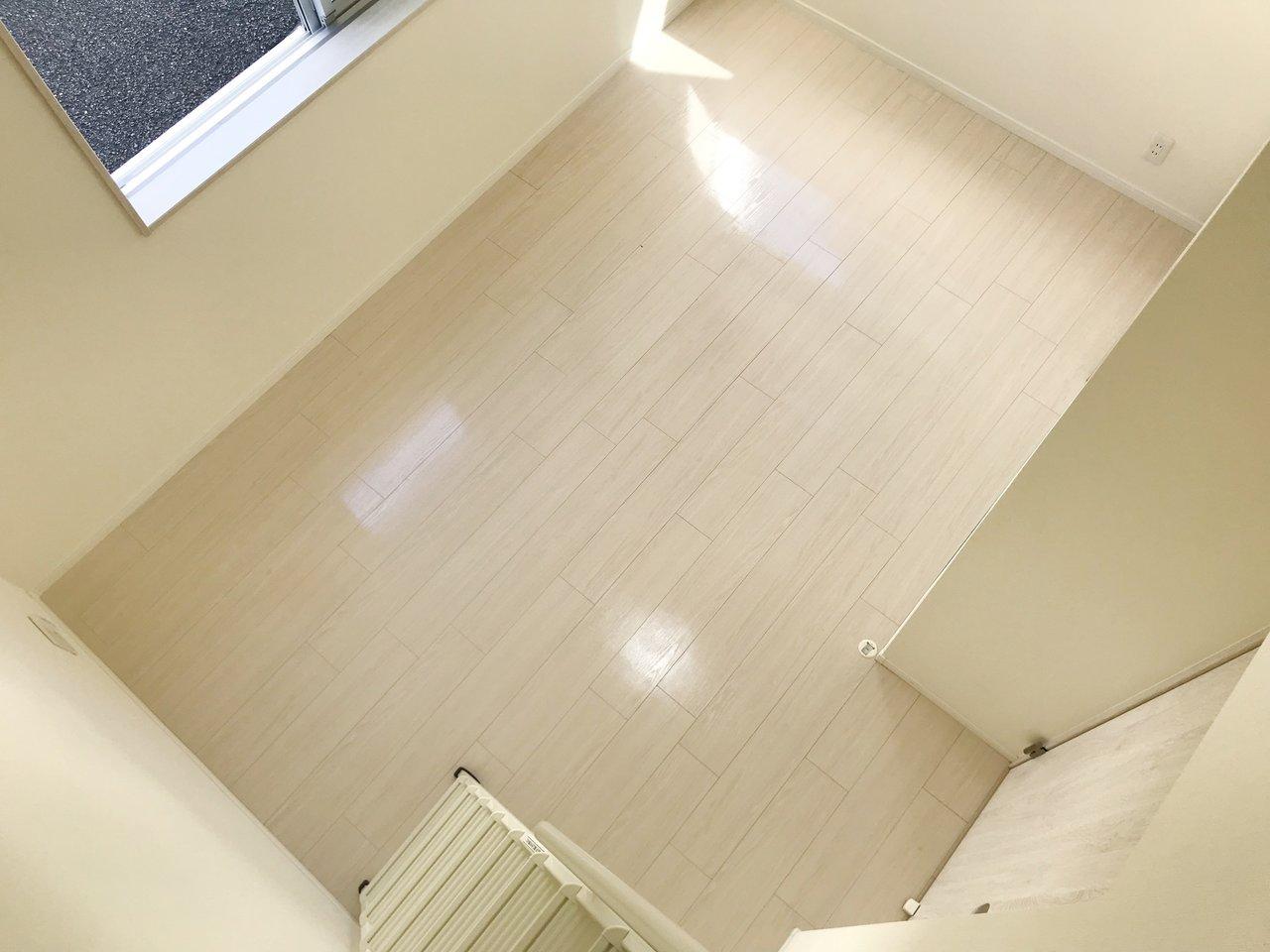 ロフトから見下ろすと、こんな感じ。天井ももちろん高いので、リビングにいてもとても開放感があるのはそのせい。ロフトのある暮らし、おすすめです。