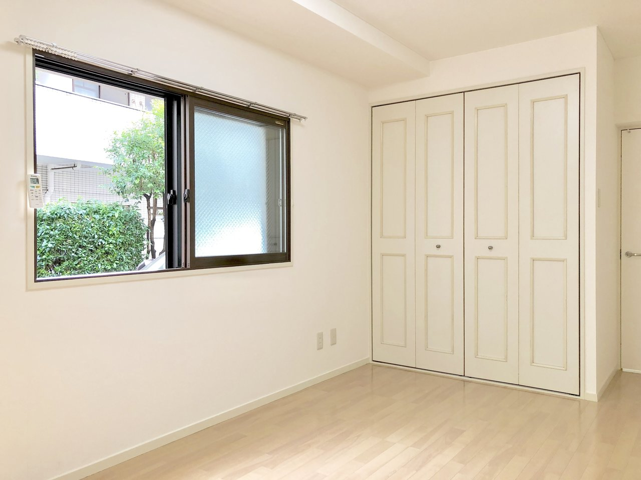 三軒茶屋から徒歩3分。まるで板チョコのようなかわいらしいデザインのクローゼットがあるこちらのお部屋は7.5畳あります。ひとりだったら十分な広さです。