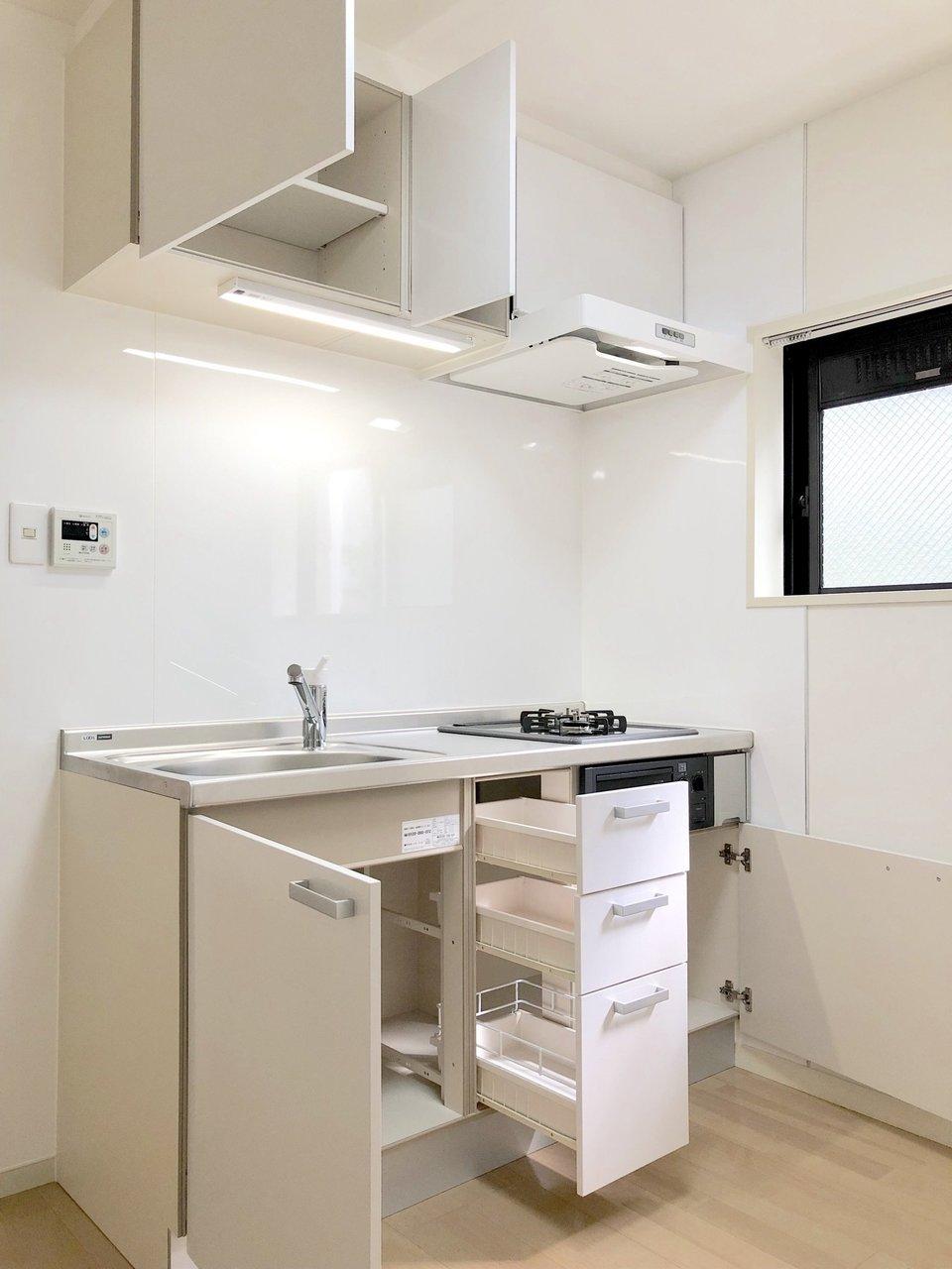 キッチンも2口ガスコンロ完備。作業スペースもあるので、自炊派の方はうれしいですね。しかも収納スペースもふんだんにありますよ。キッチンにも小窓があります。室内全体に明るさが入る、そんなお部屋です。