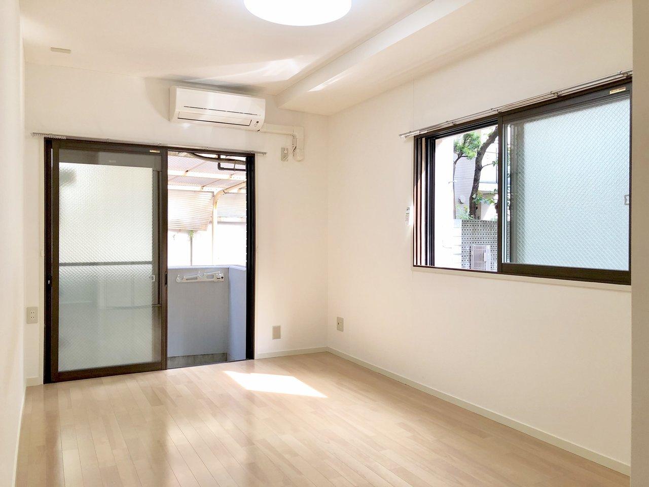 窓際にベッドを置けば、テーブルとソファも置けるはず。使わないものは広いクローゼットにうまく収納しましょう。