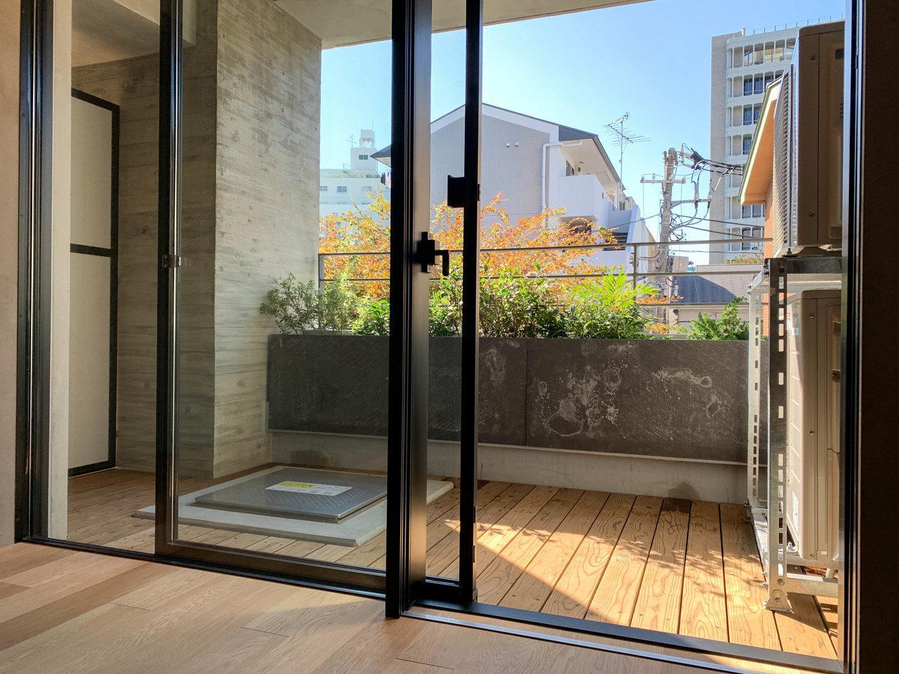 ウッドデッキのバルコニーには植栽を。居室から見ると大きな窓と組み合わさり、借景しているような感覚で暮らせます。