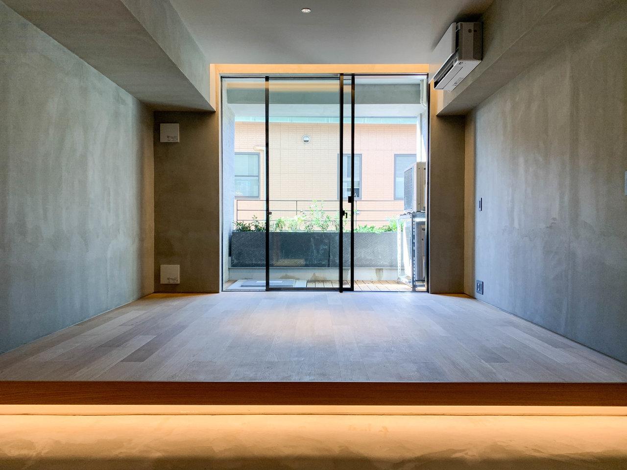 最後にご紹介するのは、デザイン性の高いワンルームのお部屋です。建築家「谷尻誠+吉田愛」のお二人が、デザイン監修を手がけました。あえて仕切りを設けずに、無垢床と土間の段差でエリアを分けた構造で、ライフスタイルに合わせられる、自由度の高い空間に仕上げています。
