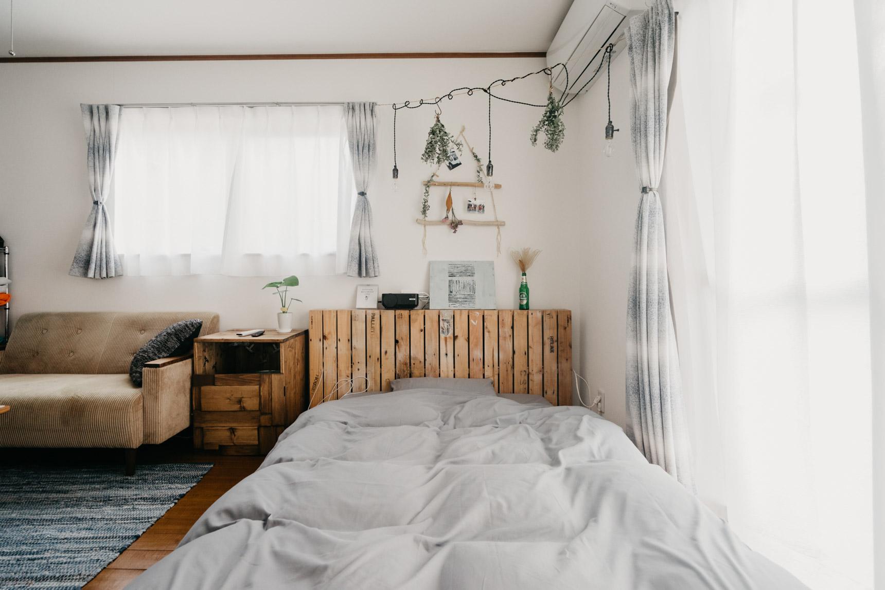 木製パレットに合わせたヘッドボードと、ベッドサイドの棚もDIY。ベッドサイドの棚は、ベッド、それにソファのサイズを測って、一番最初にここに作ることを決めたそう。