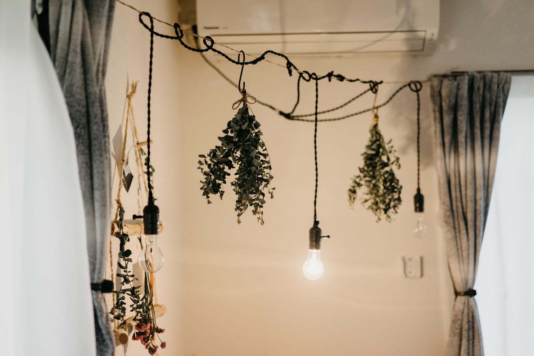 ライトも、ただ吊るすのではなくちょっとだけ手を加えると、こんなにも印象的な空間になります。