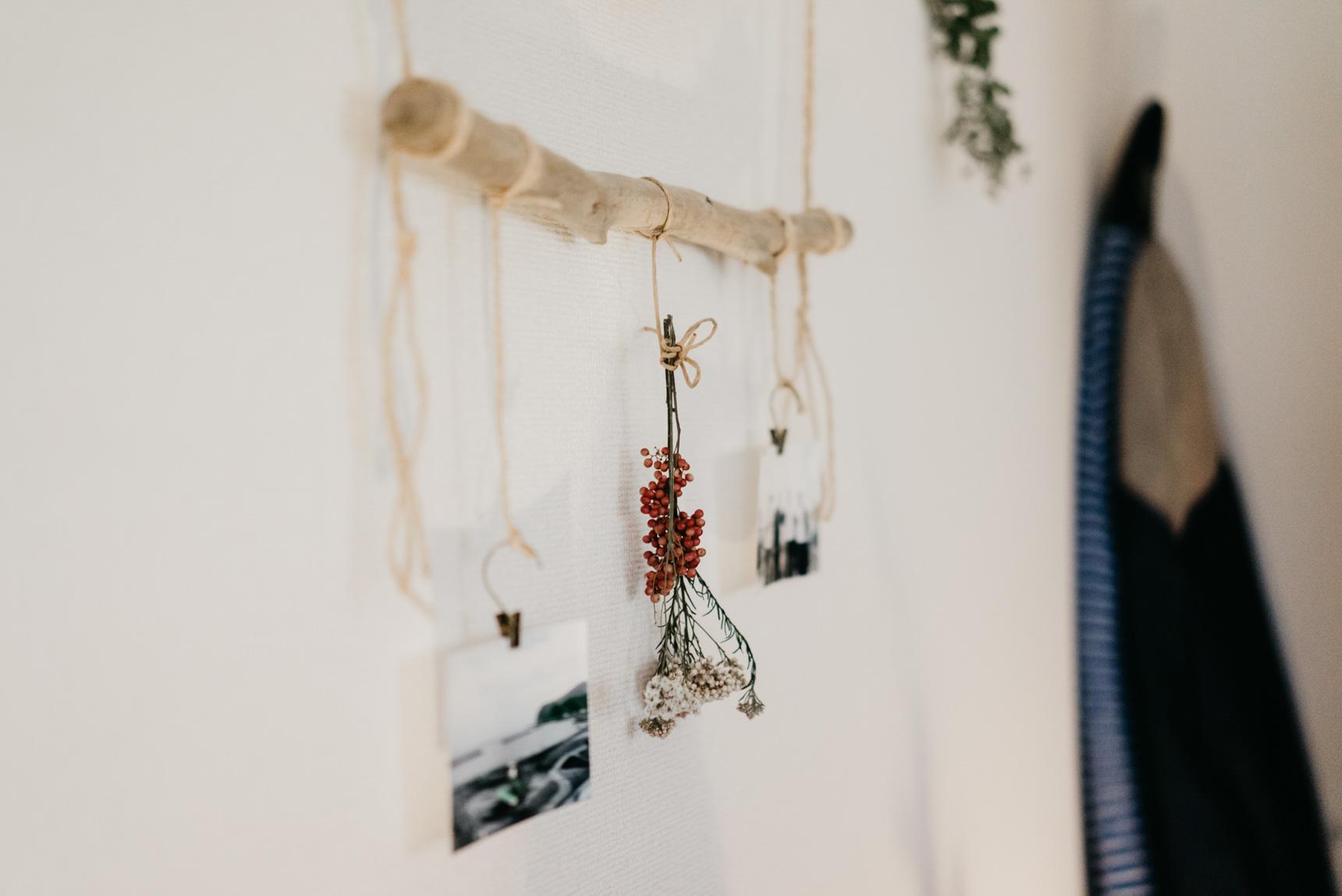 写真を飾るのも、海で拾った流木に合わせて。