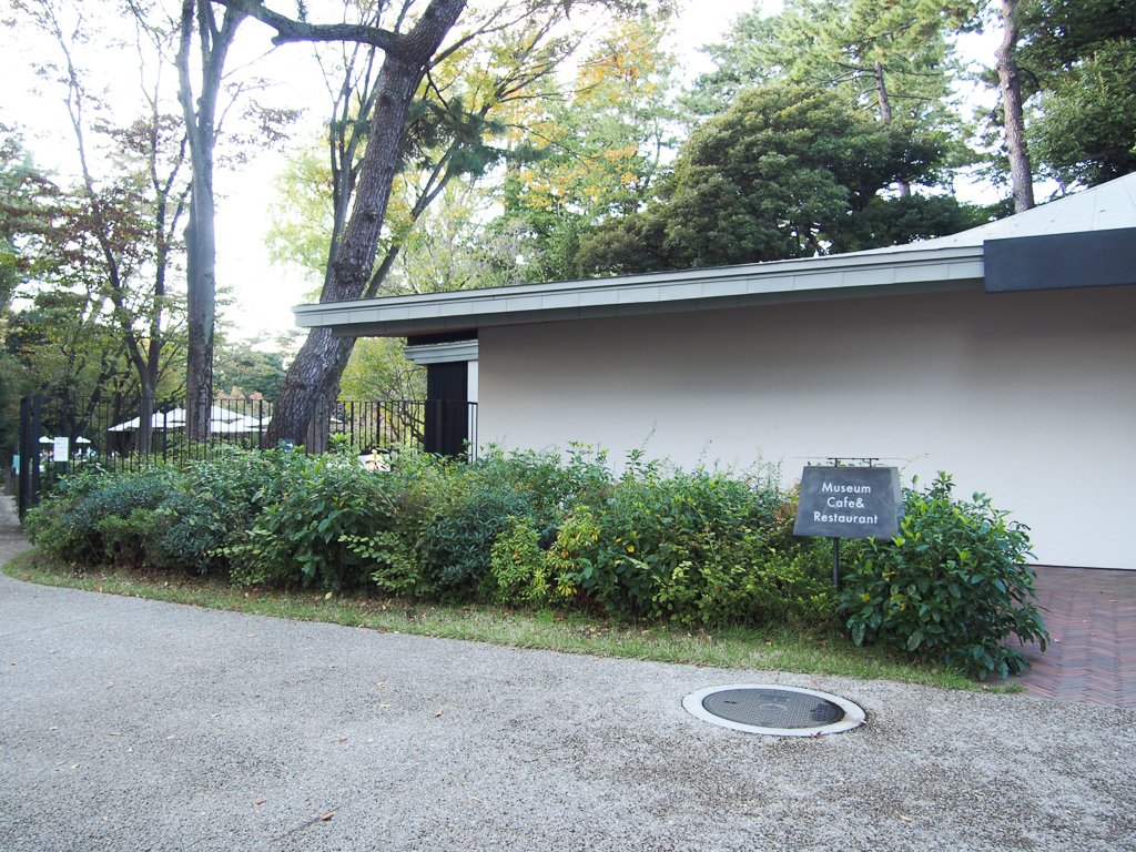 園内には庭を一望できるカフェも併設されています。