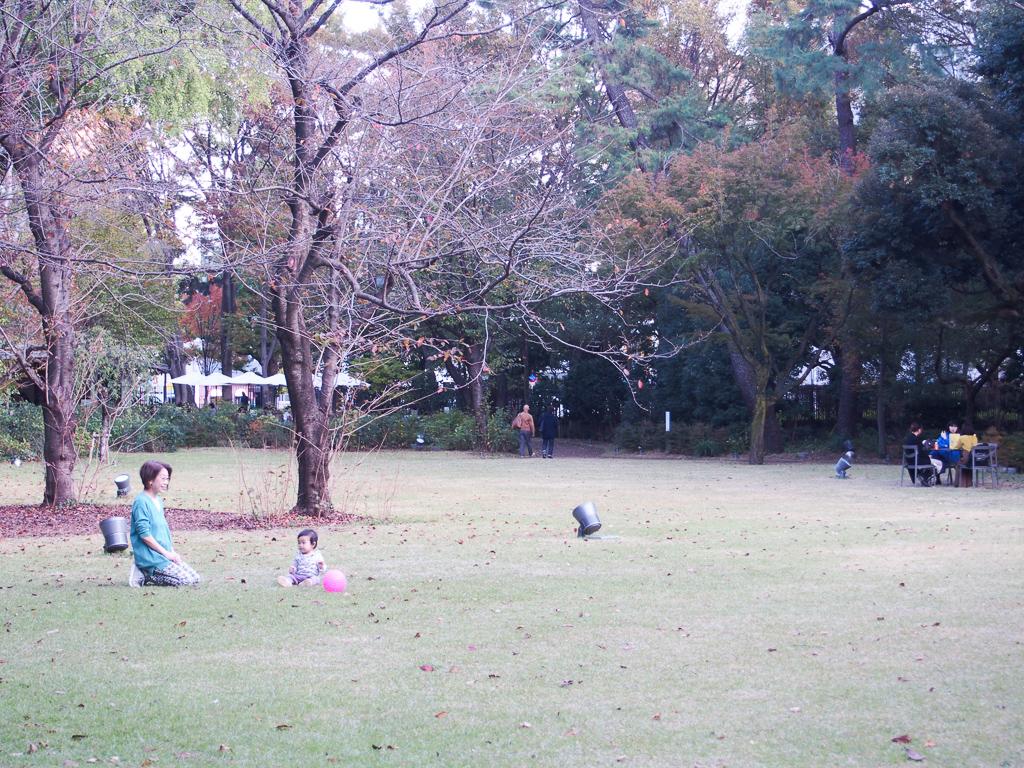 芝生のある洋式の庭園では、多くの家族連れでにぎわっていて、なんだかほほえましい空気がありましたよ。