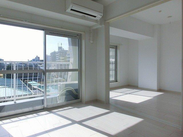 日当たりgoodなこちらのお部屋。1LDKですが大きな納戸もあるので、ふたり暮らしでも十分な広さがあります。洋風にリノベーションされたということもあり、築年数は古いですがとってもきれいなお部屋です。