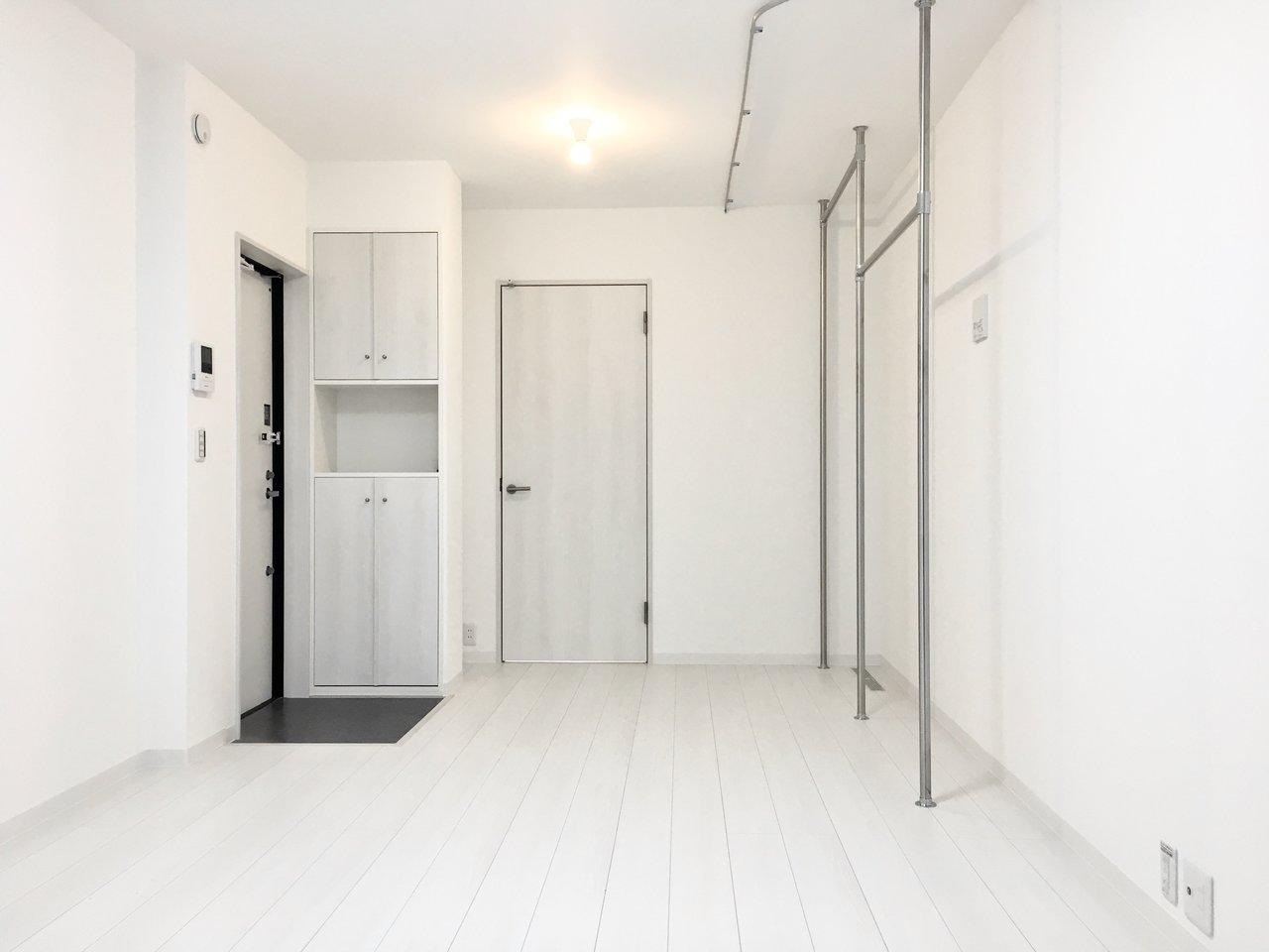 ひとり暮らし向けの1K物件。なんと出来立てホヤホヤの新築です!外観は黒色でシックな印象から一遍、中は真っ白な世界です。リビングは7畳で、水回りはギュギュっと1か所に集まっているので、平米数の割には生活スペースは広めです。