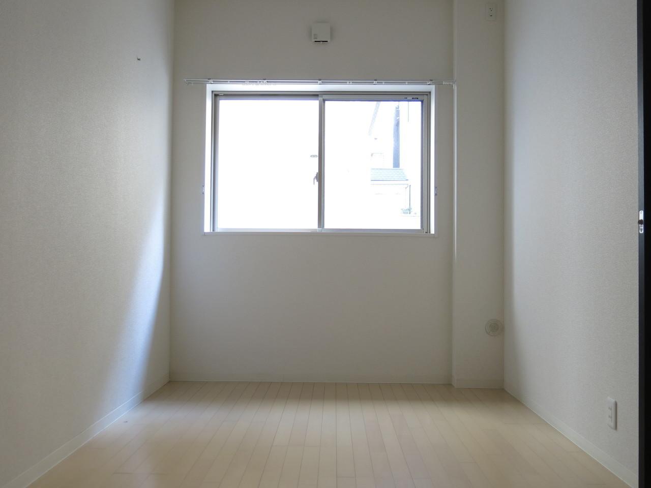 寝室となるもう一つのお部屋も6畳あって、広さは十分。ダブルベッドも置くことができそうです。寝室にはクローゼットもちゃんとありますよ。キッチンといい、リビングの広さといい、新婚さんの新生活にぜひおすすめしたい物件です。