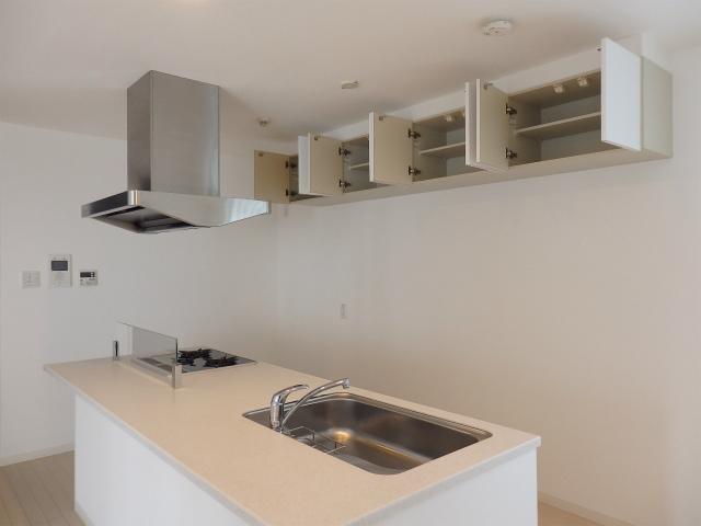 キッチンの背面には高い場所に収納スペースがあります。普段使う調味料はキッチン側に。こちらはグラスやキッチン雑貨などをしまうなどして、うまく使い分けていきたいですね。