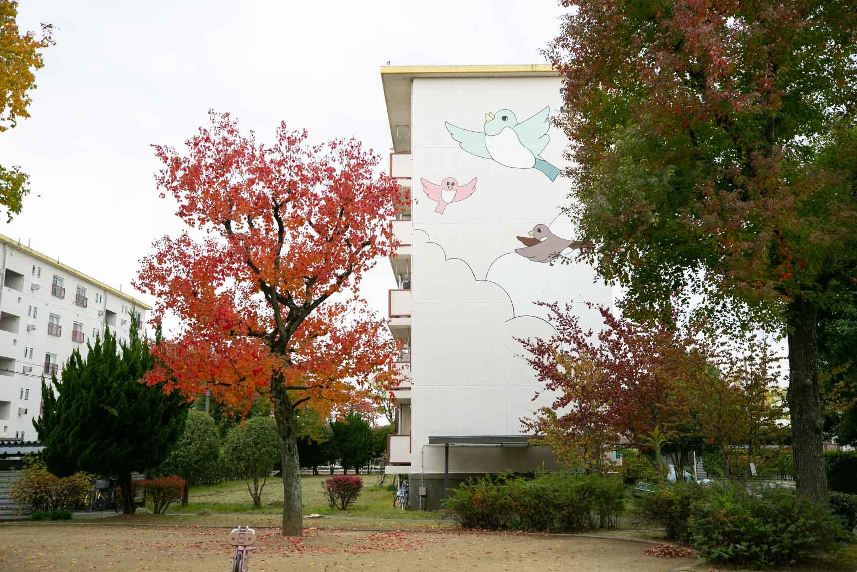 樹々に囲まれるようにして建っている住棟。棟ごとに異なるイラストがとても可愛らしいですね。