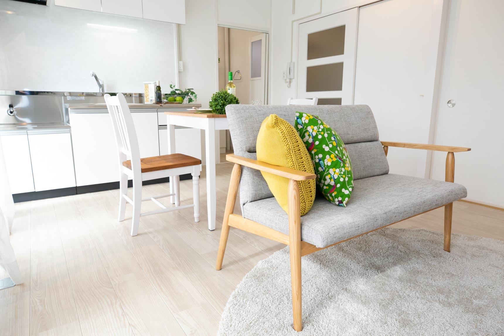 幅広のフロアタイルや建具などの内装は、白やグレーを基調に統一されていて、明るく、シンプル・ナチュラルなインテリアが似合いそうなお部屋です。