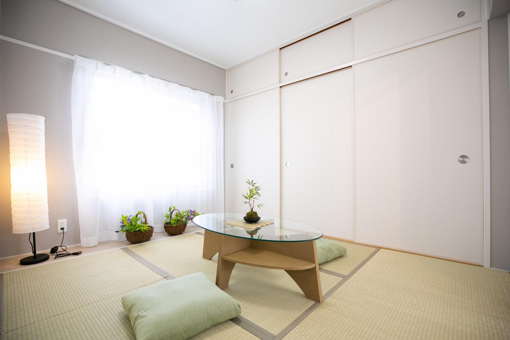 和室のお部屋も、襖や畳の縁の色、壁紙を変更することでかなりモダンな印象になっていました。お布団はもちろん、これならベッドやソファなど洋風のインテリアも合わせられそうです。
