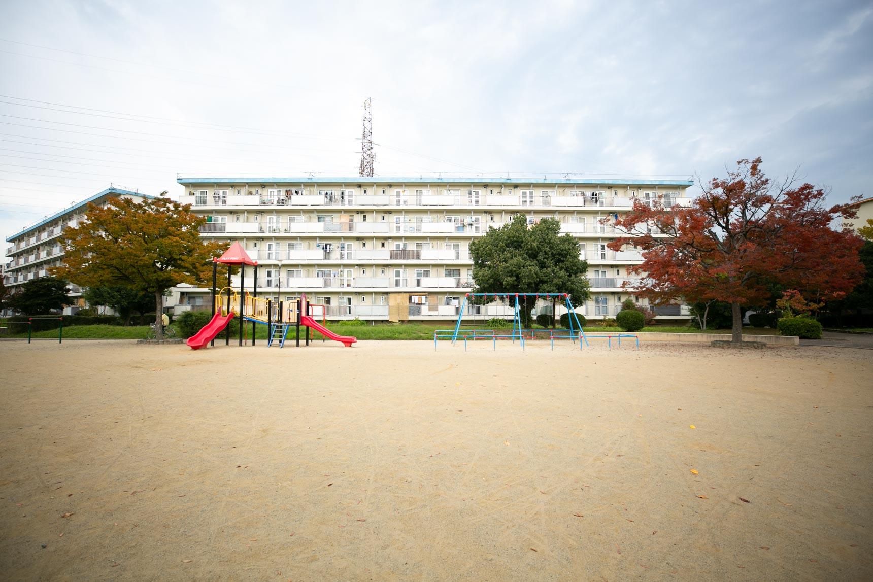 子どもたちが思いきり遊べそうな、遊具を備えた広い公園もありました。