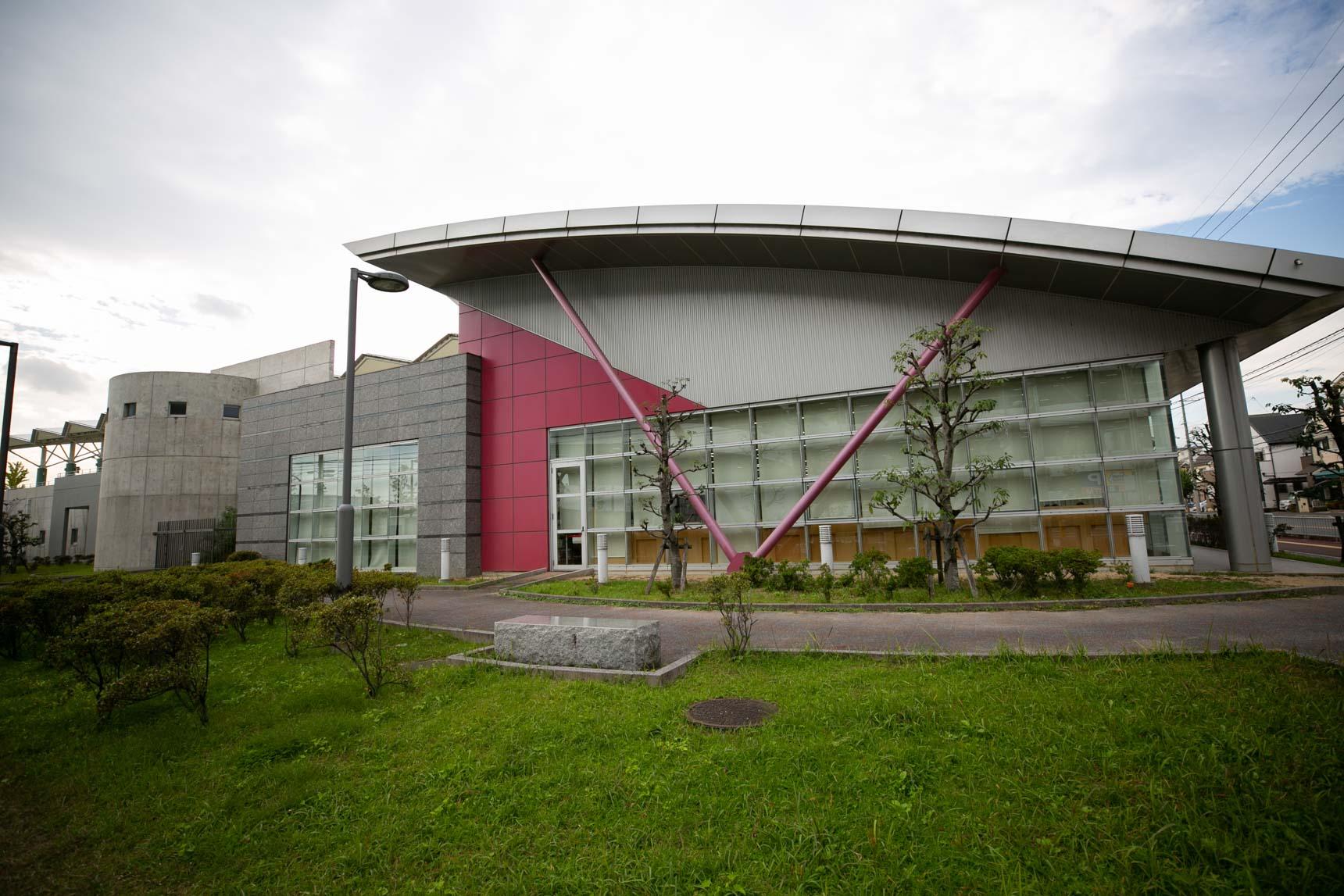 かっこいい建物のこちらは、「芝生図書館」と「高槻市立市民プール」。市民プールには、フィットネスルームやスタジオも併設されています。