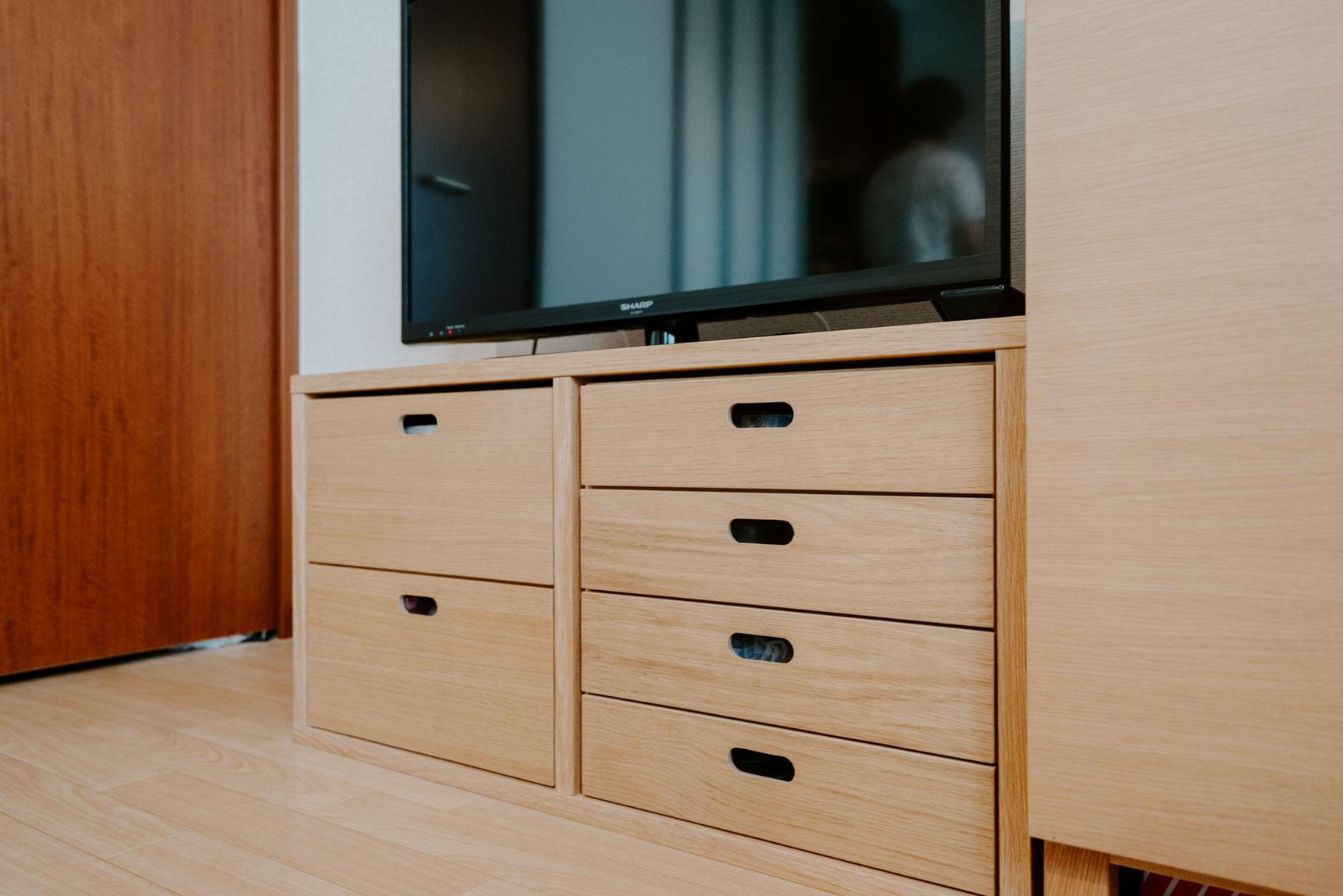 自分の好きな組み合わせで使える無印良品の「スタッキングシェルフ」をテレビボードに使ってる人も多し。こちらはミニマムな2マスの組み合わせ。中に入れる引き出しを足せば、機能的な棚になります。(このお部屋はこちら)
