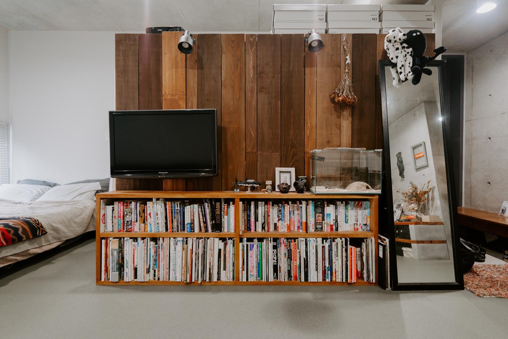 金具を使って壁につけているという方も。でも、賃貸なのにどうやって?実は、壁自体を自分で立てているんです。