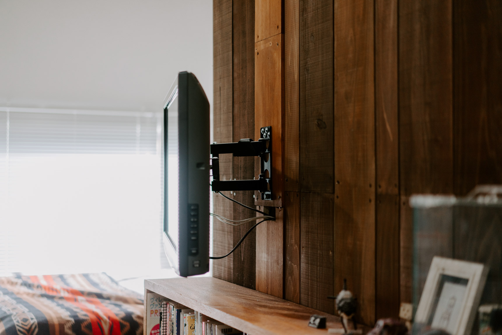 こちらのお部屋では、スチールラックの背面に木材を設置、その上に釘付けしてモニターを設置していました。テレビが浮いていると、見た目もスッキリしますし、掃除も楽ですね。
