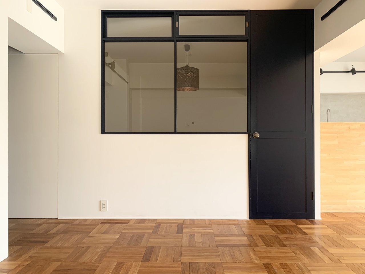 室内向きに窓がある2部屋がついています。この窓もドアもおしゃれ。