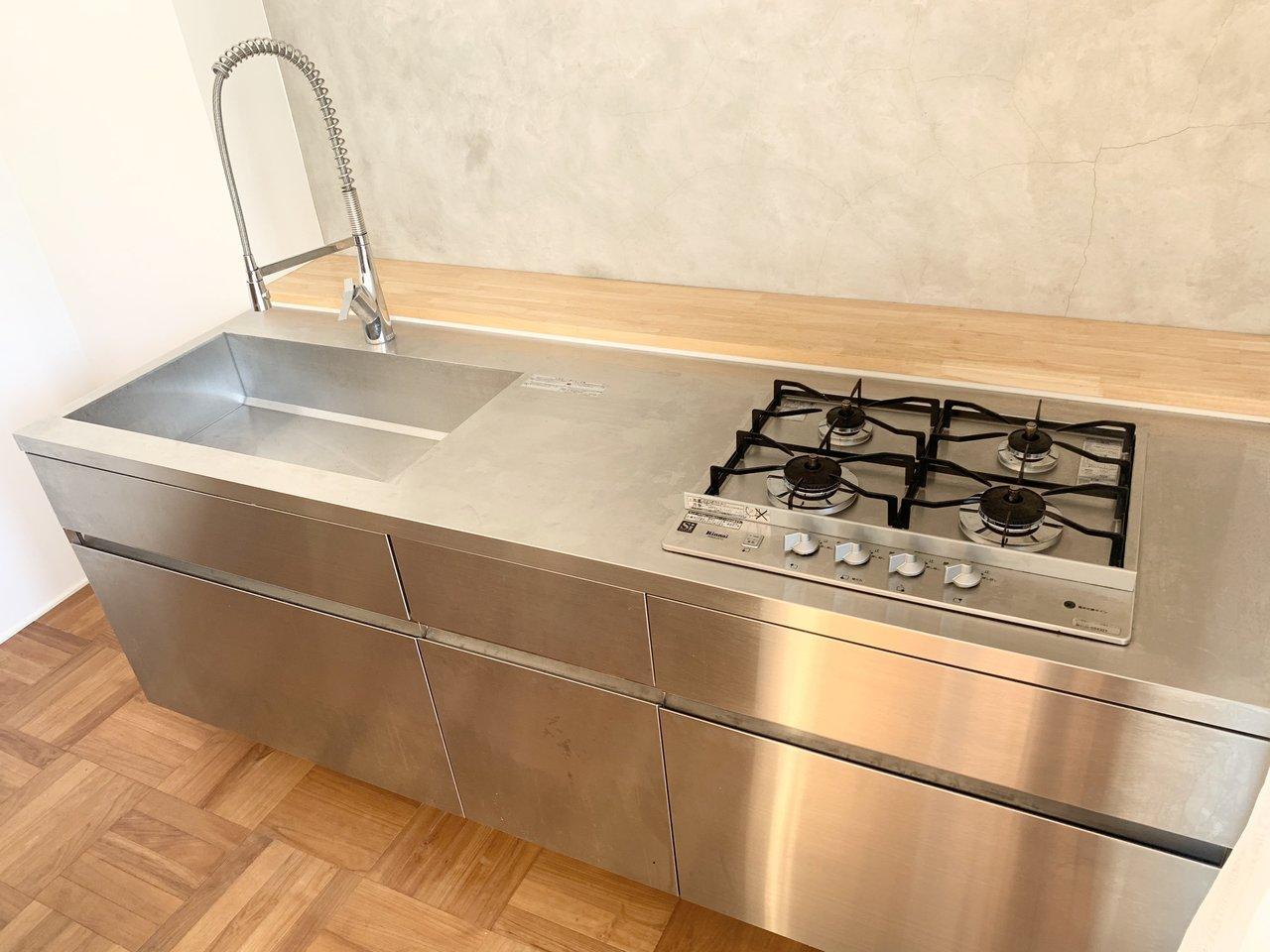 キッチンも洒落てますね〜でも機能は十分そう。4口ガスコンロです。