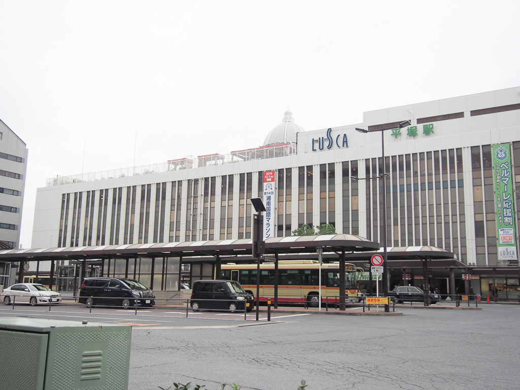 平塚駅前の様子。中央に見えるのが、湘南エリアの交通網を支える、神奈中交通バスです。