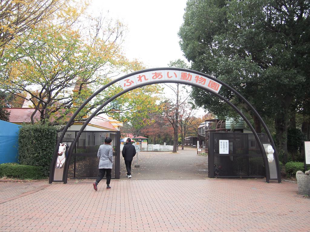 走り回ったりできる広い芝生エリアや、動物との触れ合いが愉しめる、小さな動物園も無料で開放されています。