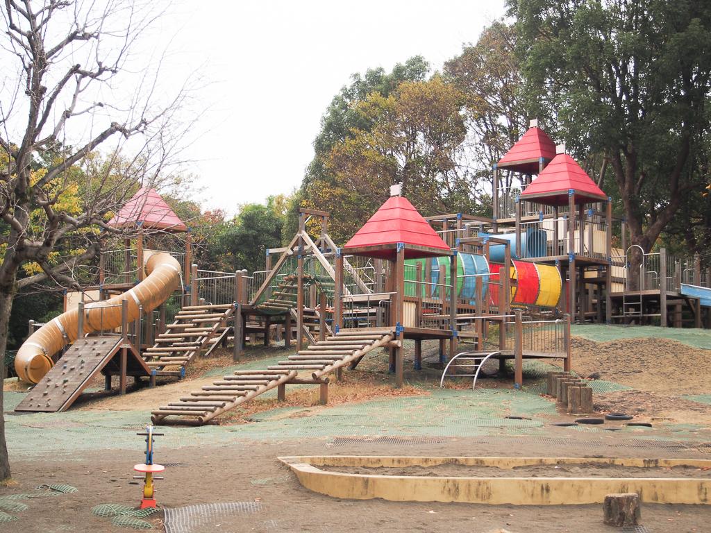 子どもが喜びそうな、長い滑り台のある遊具