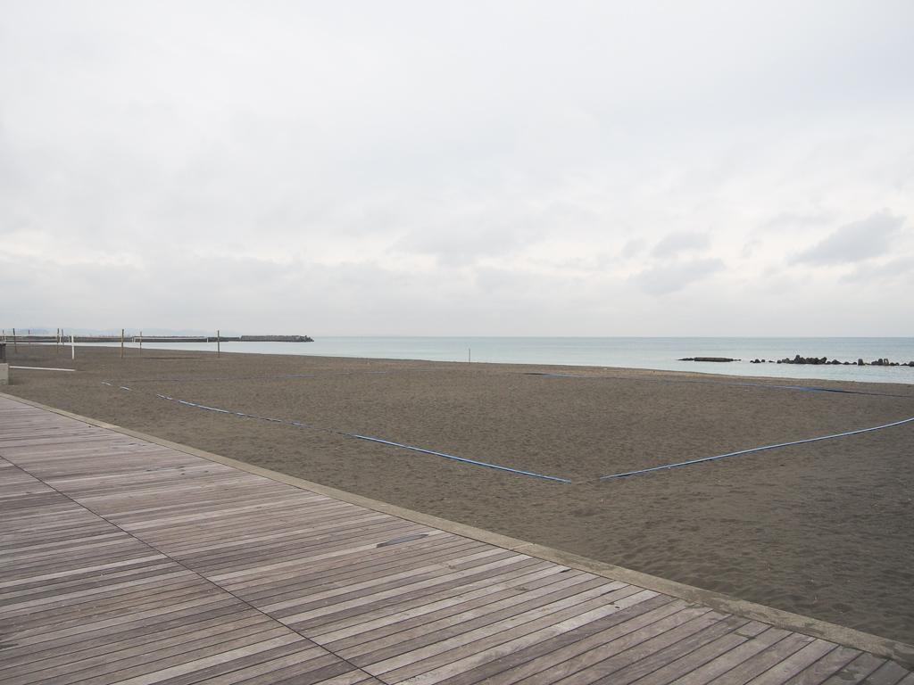 海の目の前には、バスケットやビーチバレー、ビーチサッカーなどの各種スポーツを楽しめる施設です。夏の暑い日などには多くの方でにぎわっています。