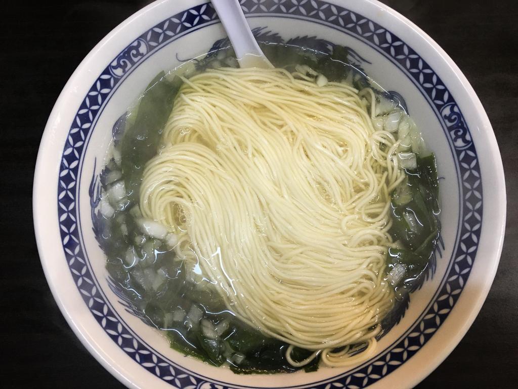 あっさりして酸味のあるスープとシンプルな具材のワカメタンメン。癖になりそうな味わい。