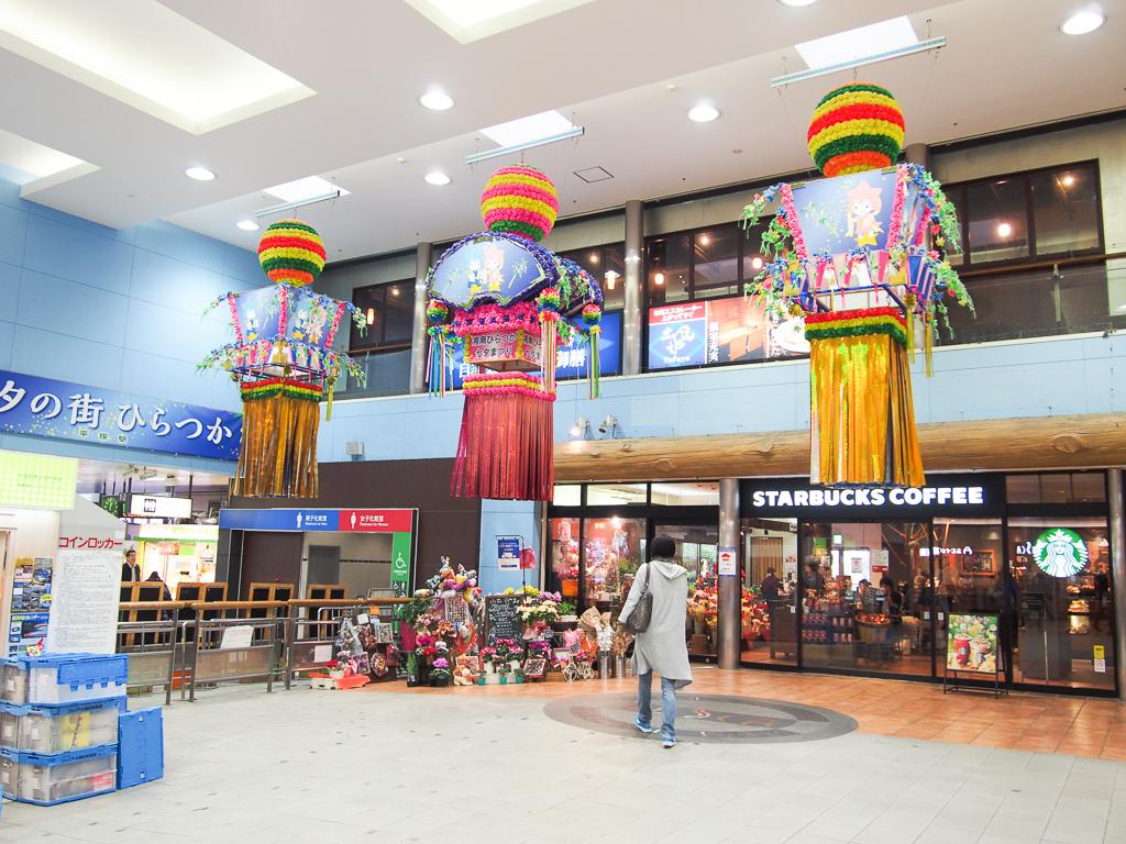 JR駅構内の様子。平塚は、日本三大七夕祭りの街としても有名です。