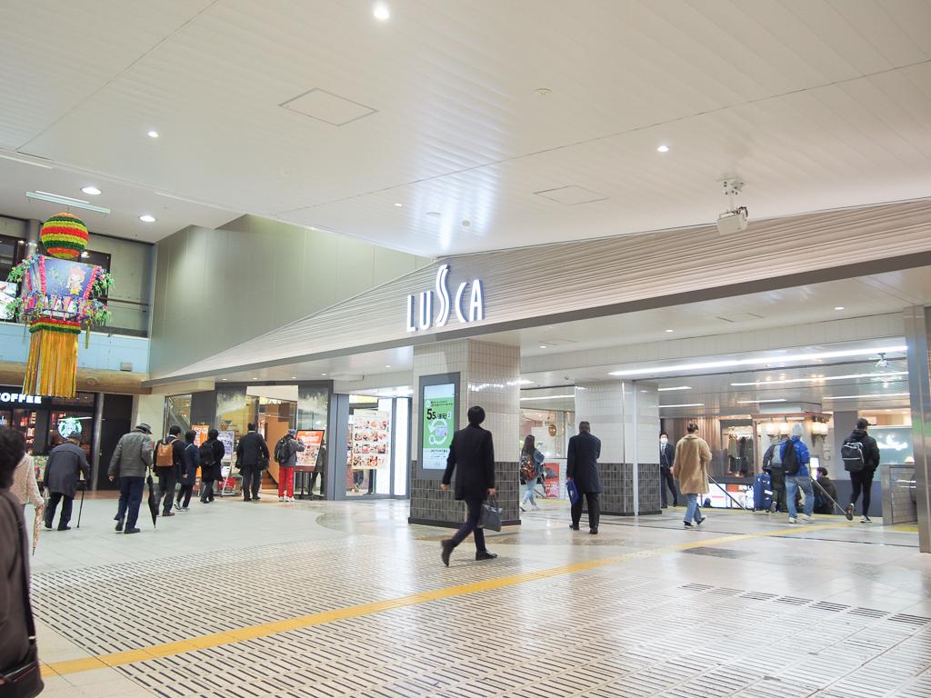 駅直結で行ける「LUSCA」の地下には、スーパーや惣菜屋などが多数入っているので、仕事帰りの買い物も便利。